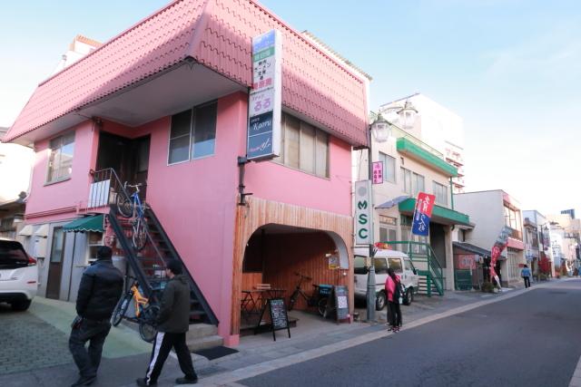 ピンク色の外壁とおしゃれな板張りが目を引きます
